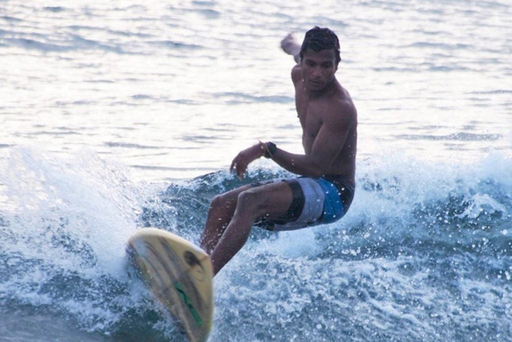 Surfer ride the wave at finolhu