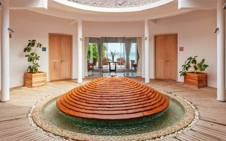 La entrada desde la zona de spa en Finolhu