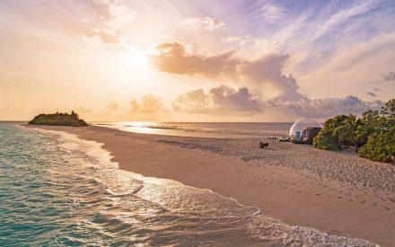 La tienda de burbujas de la playa de Finolhu al atardecer