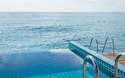 piscina de la villa con acceso al océano