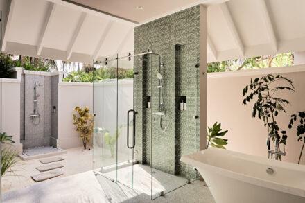 Luxoriöses Badezimmer mit freistehender Badewanne, Indoor- und Outdoordusche