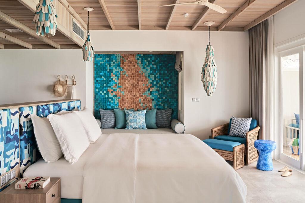 Lujosa habitación en la Lagoon Villa con cama king size y decoración en turquesa y madera