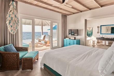 Luxoriöses Schlafzimmer in der Ocean Pool Villa mit türkisen Farbaktzenten und Meerblick