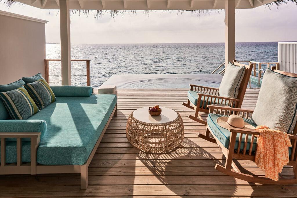 acogedora sala de estar en la terraza de la Ocean Pool Villa con vistas al mar