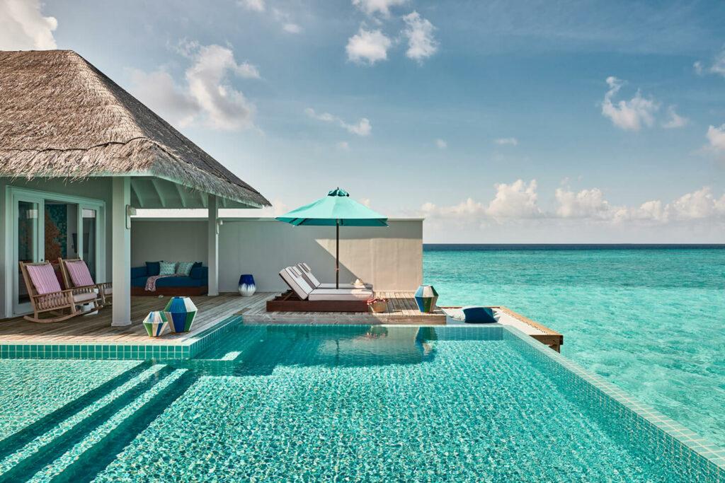 Zona exterior privada de la Villa Rockstar con piscina privada, terraza y acceso directo al mar
