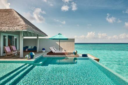 Private Outdoorarea der Rockstar Villa mit eigenem Pool, Sonnenterasse und direktem Meerzugang