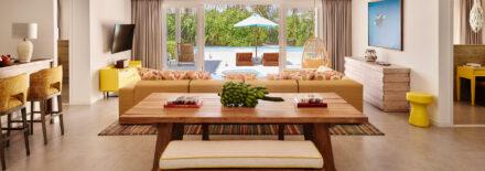 Blick vom Wohnzimmer in den Garten mit privatem Pool, Terasse und Palmen