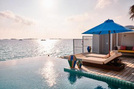 Sonnenliegen direkt am Pool auf der privaten Terasse mit direktem Meerzugang