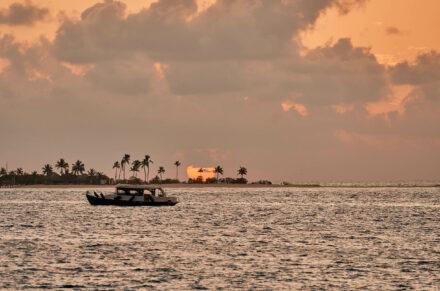 Boot auf Meer im Sonnenuntergang