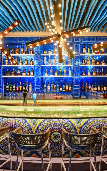 Farbenfrohes Design der Beach Bar