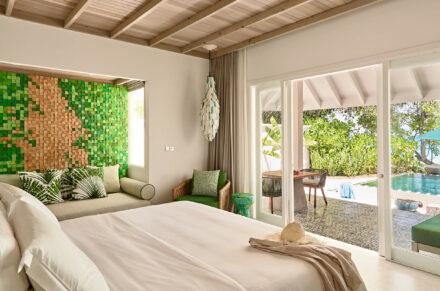 Luxoriöses Schlafzimmer in der Beach Pool Villa mit grünen Farbaktzenten und Gartenblick