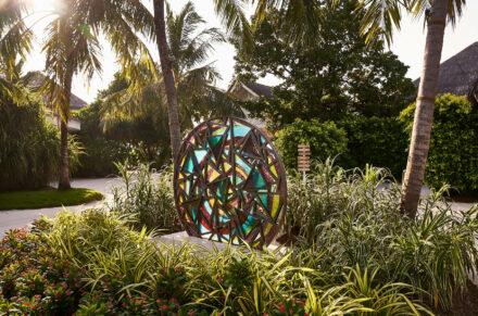 Bunte Kaleidoskop-Skulptur im Garten