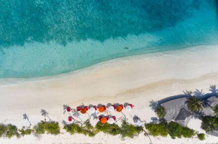 Crab Shack Restaurant auf der Sandbank mit bunten Sonnenschirmen von oben