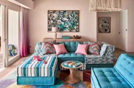 Farbenfrohe Sofalandschaft im Wohnraum der Rockstar Villa