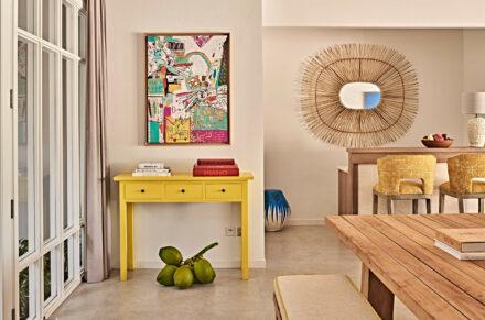 stilvolles und buntes Interieur im Wohnzimmer der 2 Bedroom Beach Villa mit Pool