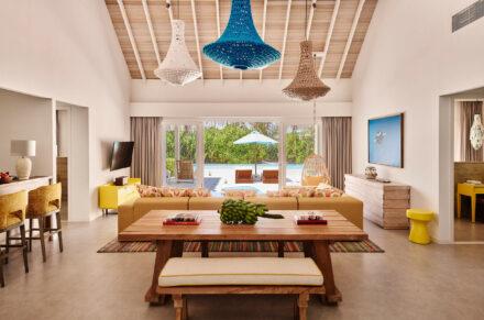 Blick vom Wohnzimmer der 2 Bedroom Beach Villa in den Garten mit privatem Pool, Terasse und Palmen