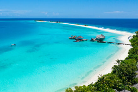 Blick auf den Steg am Strand und die Sandbank von Finolhu